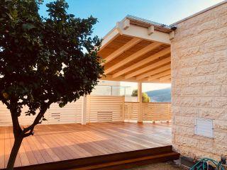 גדר עץ סביב דק עץ